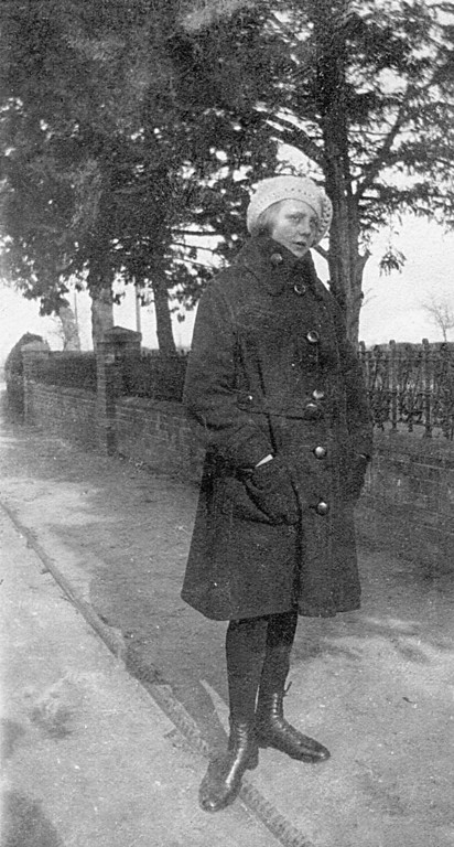 <center><font size=3><u> - Joyce Jenkins - 1922? - </u></font> (BS0292)  Daughter of Edith & Arthur Jenkins outside Blenheim House (now Littleworth End). </center>