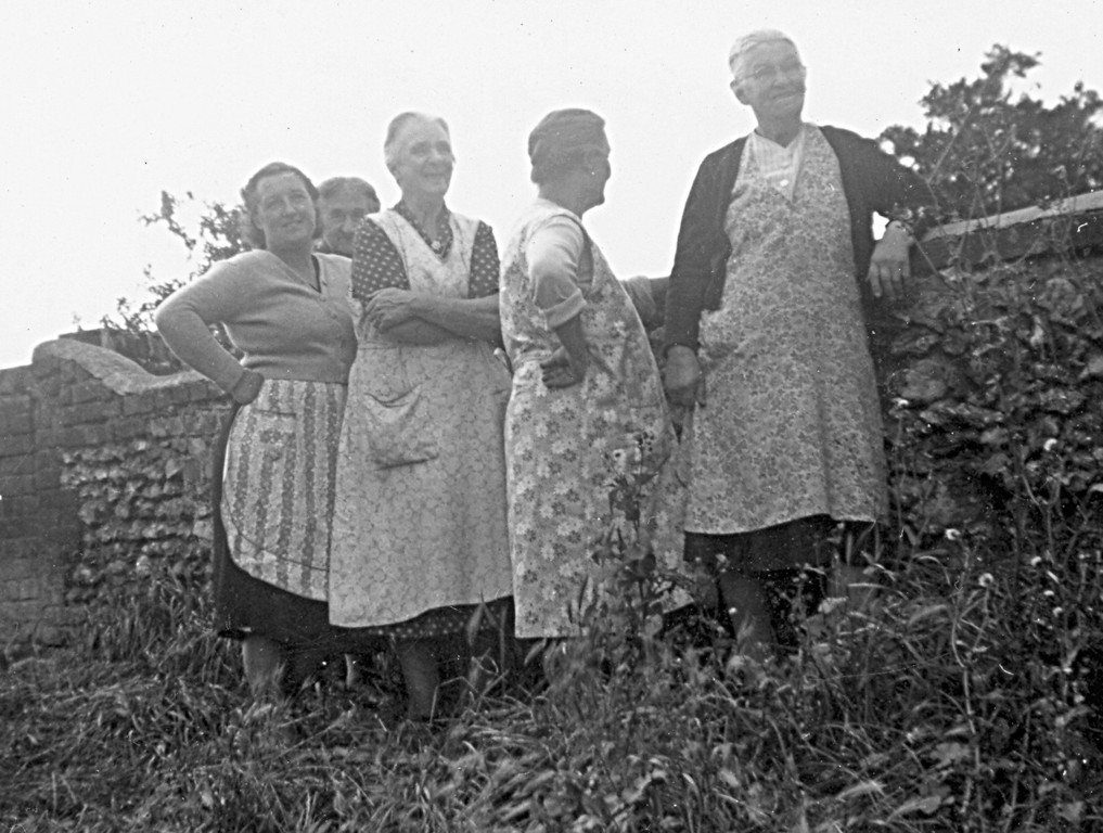 <font size=3><u> - Neighbours Birmingham Yard - 50s - </u></font> (BS0260)  Left to Right:  Ivy Barney, Mrs. Painting (behind), Mrs. Lane, Mrs. Field, Mrs. Foster (visitor) Over the wall are the White Hart gardens.