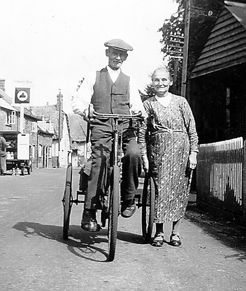 <center><font size=3><u> - Mr & Mrs William Aldridge c.1940s -  </u></font> (BS0524) Note the old Simmons beer sign outside the Farmer's Man<center>