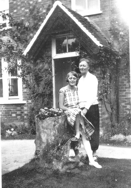 <center><font size=3><u> - Edith & Joyce Jenkins - 1923 - </u></font> (BS0297)  Edith Jenkins(nee Cowling) with Joyce Jenkins(daughter).  Location, Blenheim House, now Littleworth End, Oxford Road. </center>
