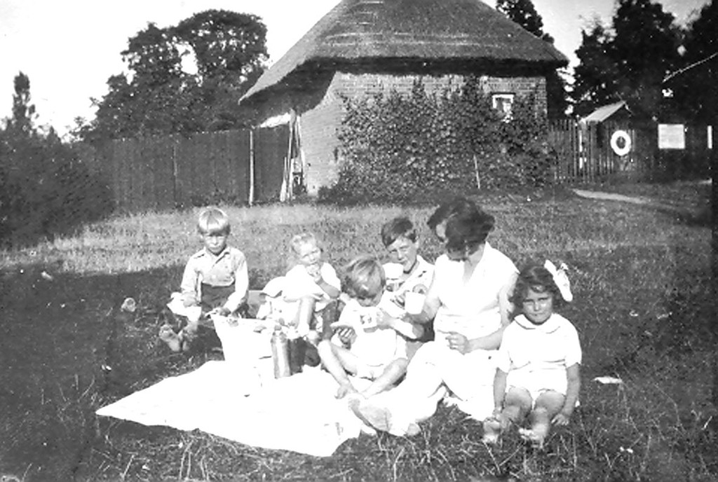 "<font size=3><u> - A picnic in the garden of Mr Haines's ""Summer House"" - </u></font> (BS0526)  Thought to be about 1928 (See ""Benson, A Century of Change"" page 27).  The cottage and garden were beside the Old Coalyard, where office of Waterfront boat-hiring office is in 2010."