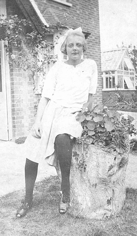 <center><font size=3><u> - Joyce Jenkins- 1921 - </u></font> (BS0293)  Daughter of Edith & Arthurin the front garden of their home, Blenheim House, now Littleworth End </center>