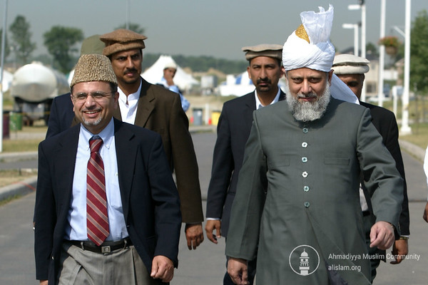 Dr Nasim Rehmatullah, Naib Ameer USA , escorting Huzur (aba) to USA Majlis Amila meeting in Canada 2005