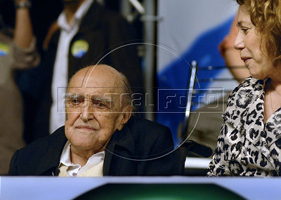 Brasilian architect Oscar Niemeyer, left, and his wife Vera Lúcia Cabreira  participate at a meeting, with artists and intellectuals, of presidential candidate Dilma Roussef of PT, Partido dos Trabalhadores, (Workers Party),  Rio de Janeiro, Brazil, october 18, 2010.  (Austral Foto/Renzo Gostoli)