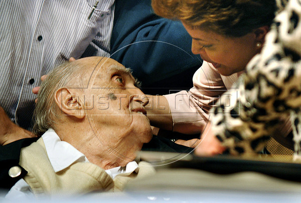 Brasilian architect Oscar Niemeyer, left, participates at a meeting, with artists and intellectuals, of presidential candidate Dilma Roussef, right, of PT, Partido dos Trabalhadores, (Workers Party),  Rio de Janeiro, Brazil, october 18, 2010.  (Austral Foto/Renzo Gostoli)