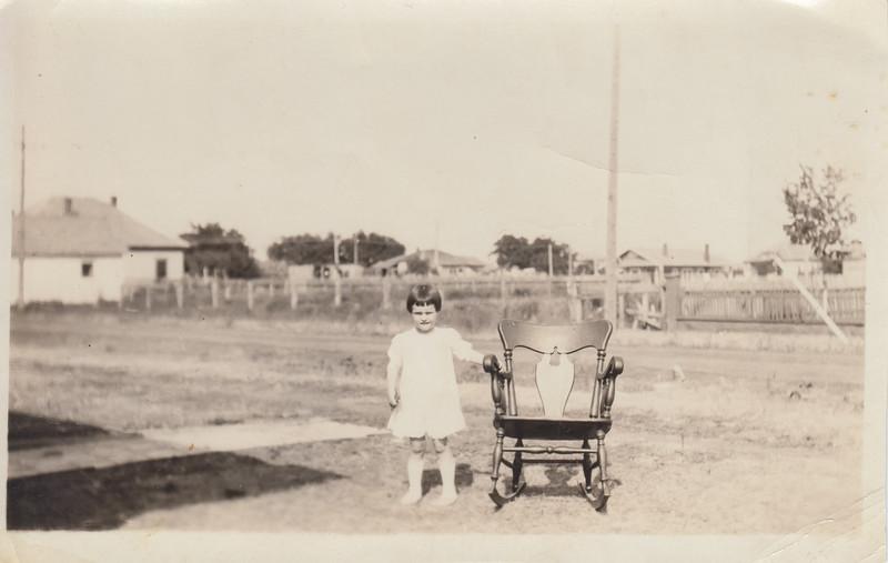 19xx-xx-xx Sally OR Mildred Lewis as a child