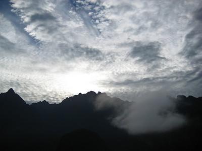 Мачу-Пикчу. И небо в ожидании восхода. Неожиданный сюрприз - восход уж скор, а облака зятягивают небо/Machu Picchu. And the sky waiting for the sunrise. An unexpected surprise - rising too fast, and the clouds begin to cover the sky