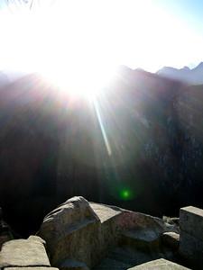 "Мачу-Пикчу. Восход 22 июня 2010. 2 день солнцестояния. Лучи Солнца на ""трон Принцессы""/Machu Picchu. Sunrise June 22, 2010. Day 2 solstice. Sun's rays on the ""throne of the Princess"""