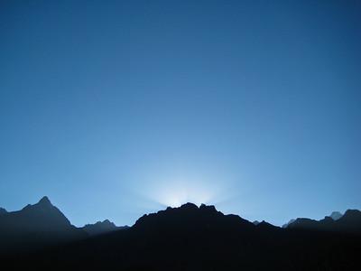 Мачу-Пикчу. Восход 22 июня 2010. 2 день солнцестояния. С самого восхода удивительно чистое небо!!!/Machu Picchu. Sunrise June 22, 2010. Day 2 solstice. Since the dawn surprisingly clear sky!