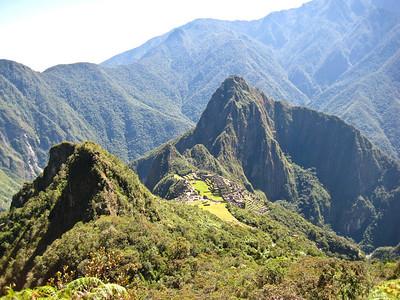 Вид с тропы на вершину Мачу Пикчу - на священный город и вершину Вайна Пикчу/View from the trail to the summit of Machu Picchu - the sacred city and the top of Yaina Picchu