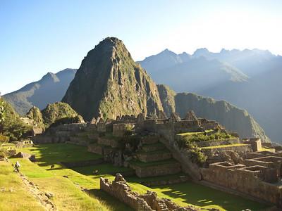 Мачу-Пикчу. Вид на центральные площади и на озаряемую восходящим солнцем Вайна-Пикчу/Machu Picchu. View of the central area and the rising sun illuminates the Vine Picchu