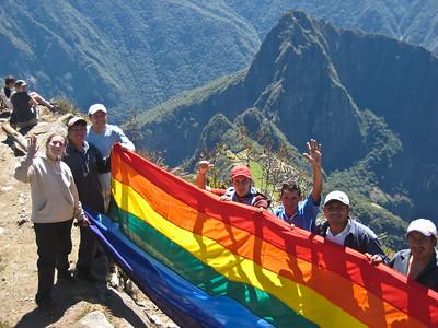Поднялась на вершину - сюрприз - рабочие готовят к водружению на Мачу Пикчу флаг инков/Climbed to the top - surprise - the workers are prepared for planting at the Machu Picchu Inca flag