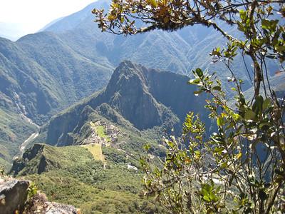 все выше и выше по тропе на вершину Мачу Пикчу. Вид  на священный город и вершину Вайна Пикчу//higher and higher along the trail to the summit of Machu Picchu.View - the sacred city and the top of Yaina Picchu