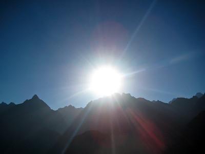Мачу-Пикчу. Солнце в день зимнего солнцестояния встает из-за гор. 21 июня 2010/Machu Picchu. The sun in the winter solstice rises over the mountains. June 21, 2010