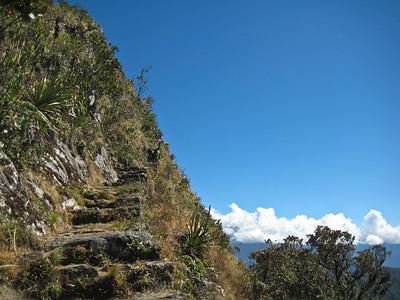 все выше и выше по тропе на вершину Мачу Пикчу/higher and higher along the trail to the summit of Machu Picchu