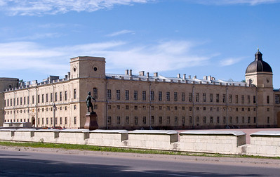Emperor Palace on the left, monumentum to Pavel I