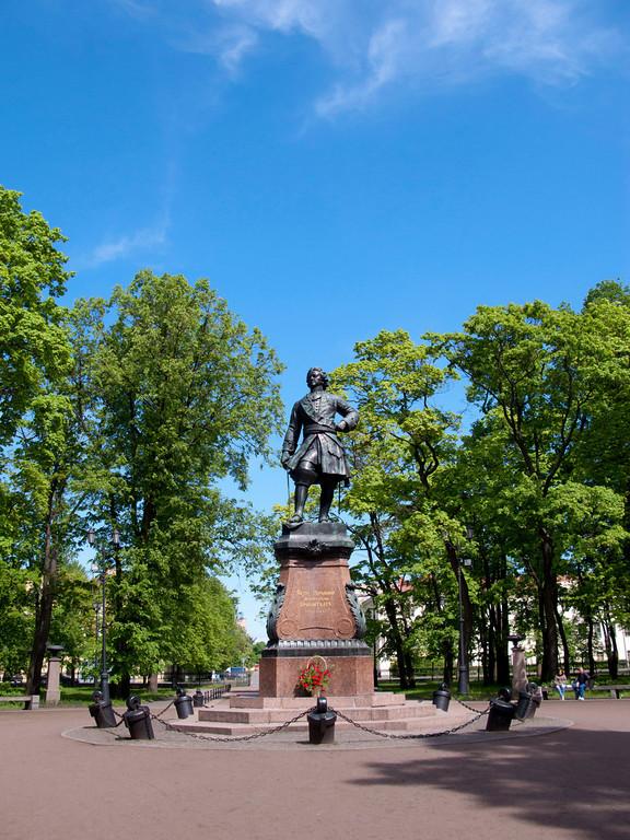 Petrovskii park, Monumentum to Petr I