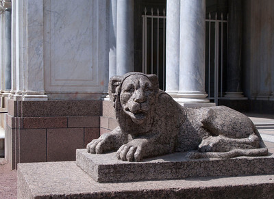 Lion watching the Voronikhin colonnade