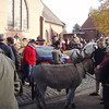 Er is veel volk, paarden en honden voor de dierenwijding.