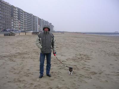 Jefke voor de eerste keer op het strand van Blankenberge.