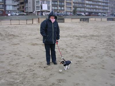 Een strandwandeling met Jefke, spelen met het balletje.