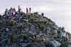 Cérémonie rituelle des pèlerins sur une colline de la terre sacrée du peyotl. Indiens Huichols/Mexique