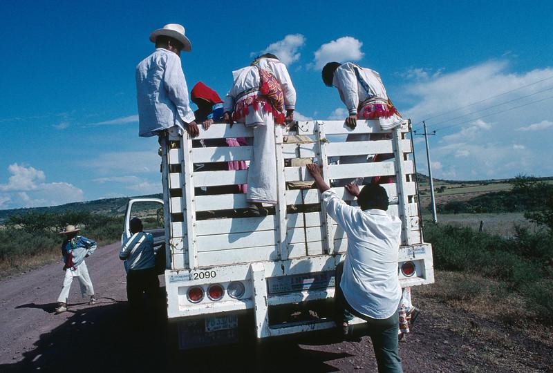 Départ des pèlerins vers la terre sacrée du peyotl. Indiens Huichols/Mexique