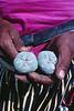 Une femme tenant deux boules de peyotl fraîchement récoltées. Indiens Huichols/Mexique