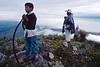 Instant de recueillement pour des pèlerins sur une colline de la terre sacrée du peyotl. Indiens Huichols/Mexique