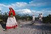 Pèlerins se dirigeant vers un lieu de rituel. Indiens Huichols/Mexique