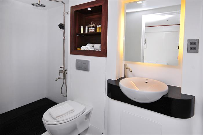 Bathroom, Discovery Adventure Liveaboard