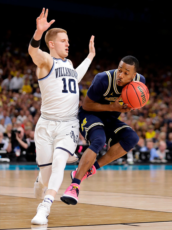 . Michigan\'s Muhammad-Ali Abdur-Rahkman drives against Villanova\'s Donte DiVincenzo (10) during the second half in the championship game of the Final Four NCAA college basketball tournament, Monday, April 2, 2018, in San Antonio. (AP Photo/Eric Gay)