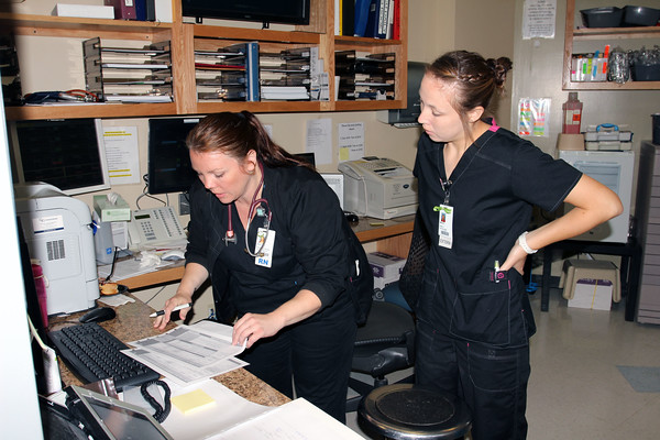 Photo by Travis Sloat<br /> Amy Smith, a registered nurse at EASTAR Health System and recent DAISY Award winner, works with her extern Makala Tillery. Tillery is a nursing student at Connors State College, which works closely with EASTAR to help train and keep nurses local.
