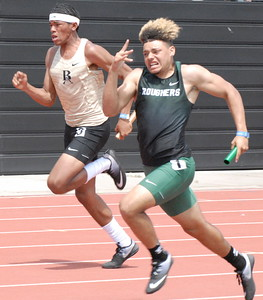 MIKE KAYS/Muskogee Phoenix Muskogee's Diante Crutchfield runs the final leg of the 400-meter relay Saturday.