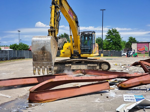 CHESLEY OXENDINE/Muskogee Phoenix<br /> An Ark Wrecking employee begins piling debris for removal from the site of a former Murphy Oil USA kiosk.