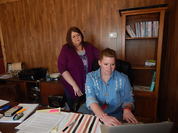 KENTON BROOKS/Muskogee Phoenix<br /> Jerri Holder, office manager of the Checotah Chamber of Commerce, oversees the new chamber Public Relations Director Delaina Stevens.