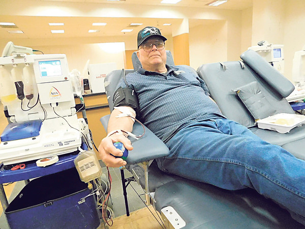 KENTON BROOKS/Muskogee Phoenix<br /> Bill Hurd of Okay does a power donation — giving two red cell blood donations at once — during the Arrowhead Mall Blood Donation drive Saturday.