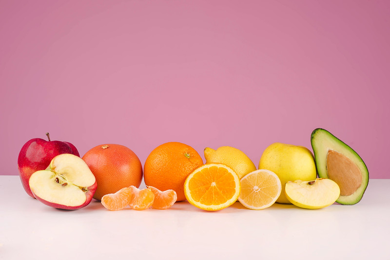 Composition with fresh sliced peeed fruits