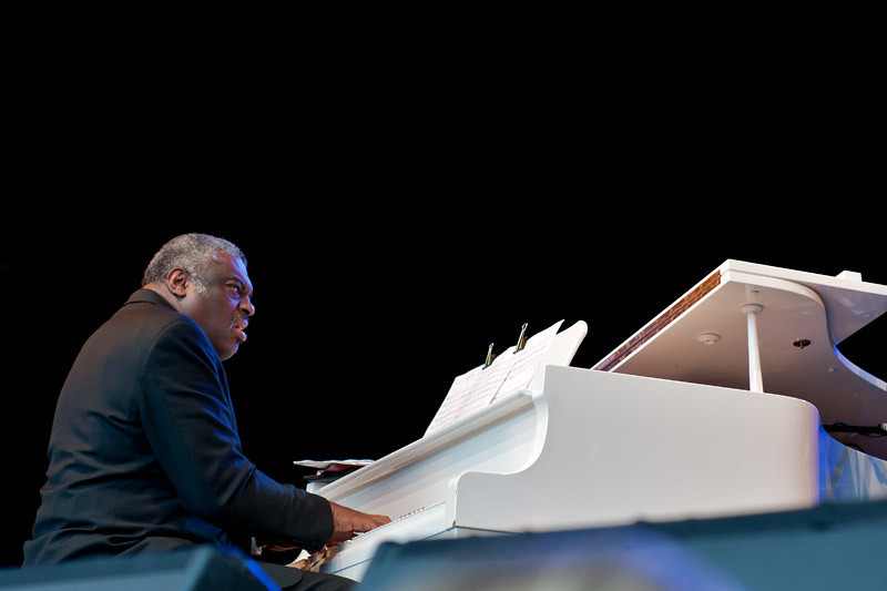 Mulgrew Miller on piano with the Ron Carter trio... Humming the melodies a la Keith Jarrett's way!