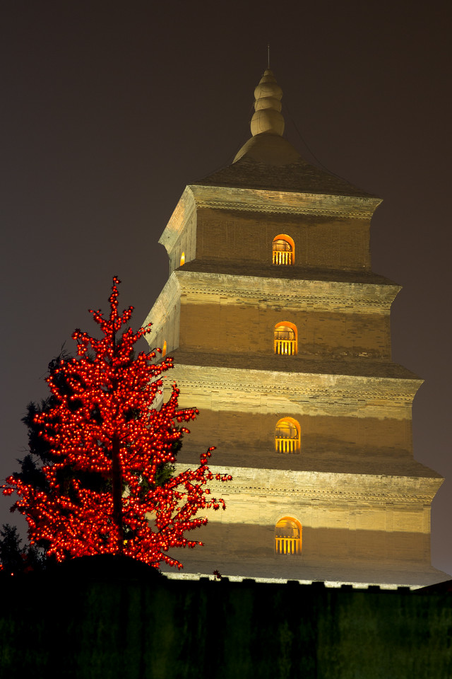 Here's the Famen Temple at night.