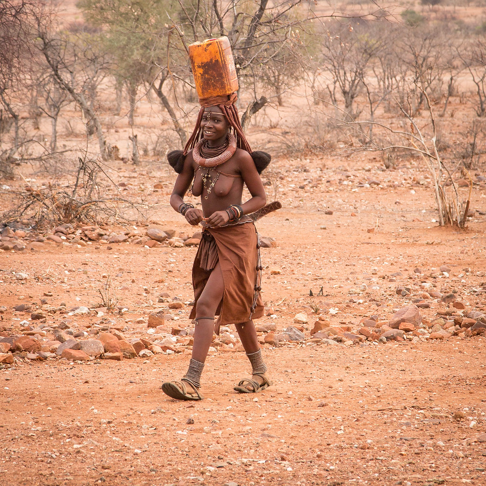 The women bring water to the village carrying it on their heads from 2 kilometers away