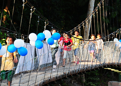 NEA_3491-7x5-Kids on Bridge