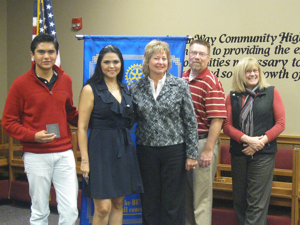 Interact Club President Victor Hugo Hernandez-Gonzalez and Club Rotario Cancun Bicentenario Vice President Ana Lilia Gonzalez enjoyed exchanging ideas and information about their clubs with Tinley Park-Frankfort Rotary Club members Karen Wegrzyn, John Tadla and Margaret Semmer. The Gonzalezes were visiting from Mexico.