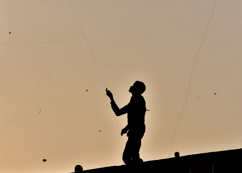 IND_3736-7x5-Flying a kite
