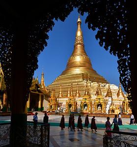 MYA_1870-Pagoda-Monks in front