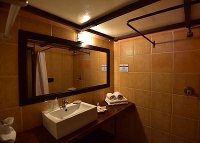 BOL_1549-7x5-Hotel Bathroom