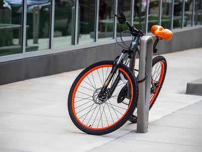 8.21.2019 Just another black & orange bike #project365 #omdem1mkii #easttown #mkebike #DearMKE #OnlyinMilwaukee #mkemycity #milwaukeewi #street_mke #discovermilwaukee