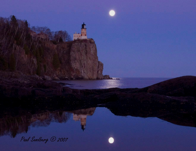 On Thursday and Friday we watched the moon rise at Split Rock Lighthouse State Park. October of this year is the time when the moon is at perigee, the point in its orbit when it is nearest to earth - only 222,000 miles.  It made for an exceptionally bright moon.