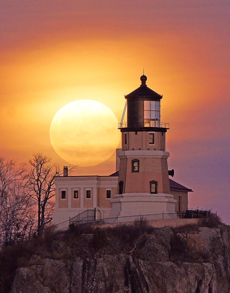 Moonrise Split Rock Lighthouse 002