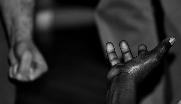 en åpen hånd, en knyttet -- by Johanna Engen